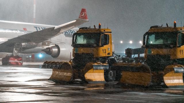 İstanbul Havalimanındaki uçuşlar kar yağışına rağmen sürüyor