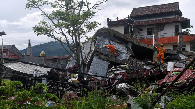 Endonezyadaki depremde can kaybı artıyor