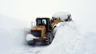 """Kar kalınlığı 5 metreye ulaştı: """"Kar kaplanları""""nın zorlu mücadelesi"""