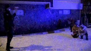 Polisler kendisiyle kar topu oynamak isteyen çocukları kırmadı