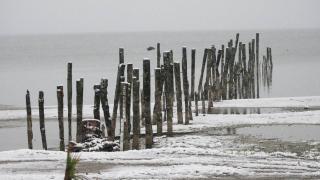 Suyu çekilen İznik Gölü'nde kar yağışı