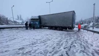 Karda kayan tır yolu ulaşıma kapattı
