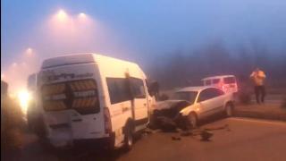 Buzlanma nedeniyle 10 araç birbirine girdi: 12 yaralı