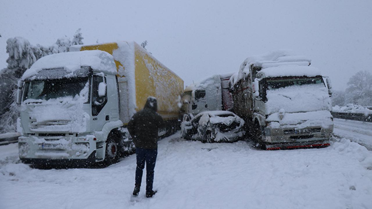 Düzce'de 16 araç birbirine girdi: İstanbul yönü ulaşıma kapandı