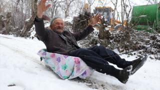 """79 yaşındaki Mehmet dedenin """"motosikletli kızak"""" keyfi"""