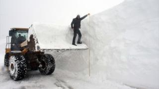 """Muş'ta """"kar kaplanları"""" yolları açmak için metrelerce karla mücadele ediyor"""