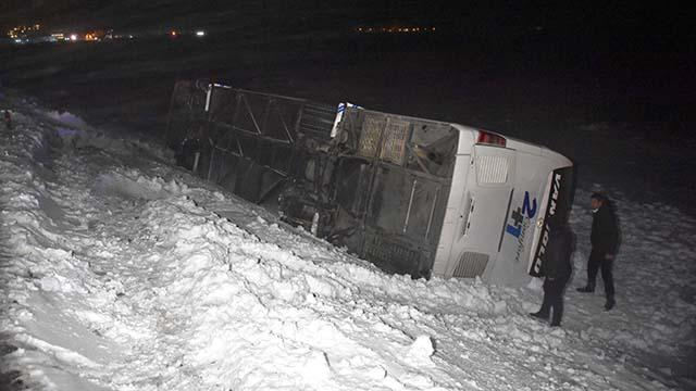 Bitliste yolcu otobüsü şarampole devrildi: 5 yaralı