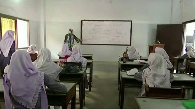 Pakistan yüz yüze eğitime kademeli başladı