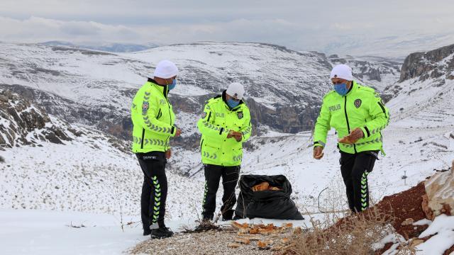 Malatyada polisler, yaban hayvanları için doğaya yem ve ekmek bıraktı