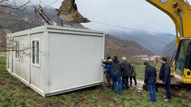 Trabzonun Araklı ilçesinde evleri yanan vatandaşlar konteynerlere yerleştiriliyor