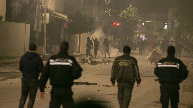 Tunusta salgın tedbirlerine karşı protestolar sürüyor