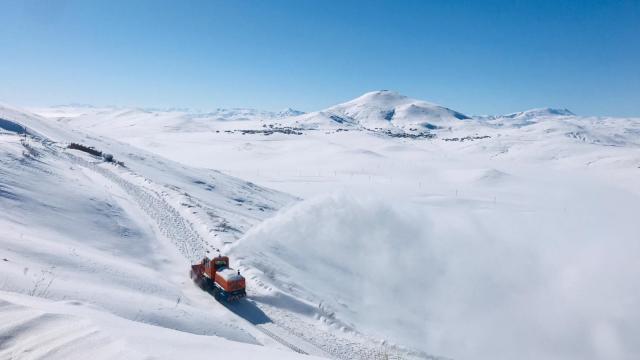 Van'da kardan kapanan 61 yerleşim yerinin yolu ulaşıma açıldı