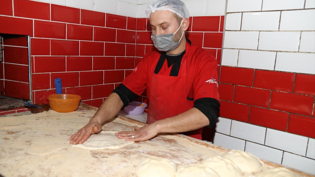 Kısıtlamanın olduğu günlerde de ekmek yaparak satmaya başlayan Türkoğlu, siparişlere yetişmek için yoğun çalışıyor.