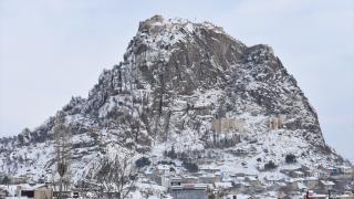 Kar yağışıyla beyaza bürünen Afyon Kalesi güzelliğiyle büyülüyor
