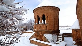 Ahlat'ın tarihi mekanlarından kartpostallık kar manzaraları