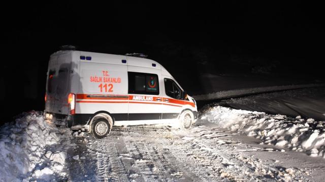 Muşta karla kaplı yolları aşan belediye ve sağlık ekipleri 2 hastanın imdadına yetişti