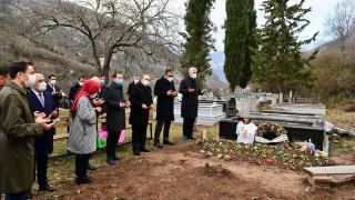 Bakan Kasapoğlu Özkan Sümer'in kabrini ziyaret etti