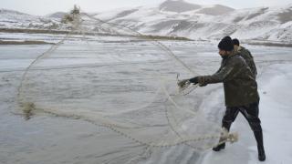 Ekmeklerini buzla kaplı Murat Nehri'nden çıkarıyorlar