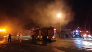 Bıçak atölyesinde çıkan yangında iki iş yeri hasar gördü