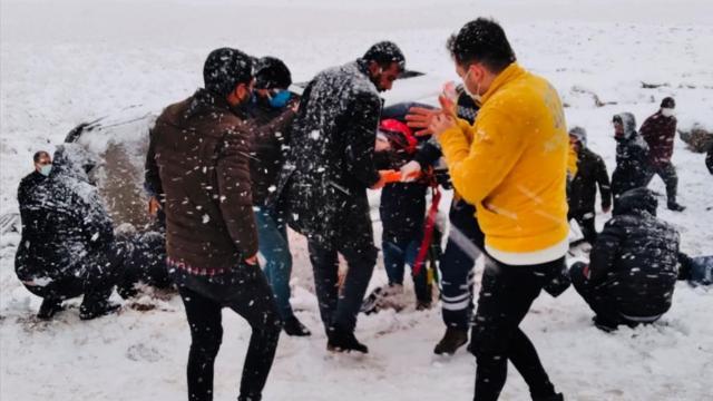 Diyarbakırda 2 minibüs devrildi, 22 kişi yaralandı