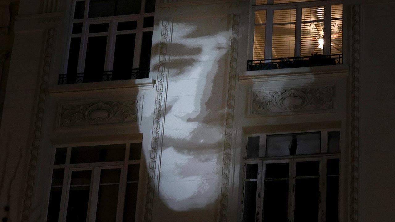 Hrant Dink'in portresi, gazete binasına yansıtıldı