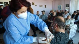 Burdur'da huzurevinde Covid-19 aşısı uygulaması başladı