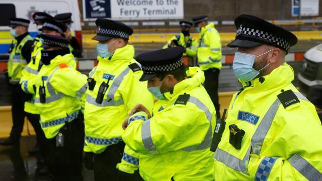 İngiliz polisi bir kadının bebeğini satın almaya çalışan adamın peşinde