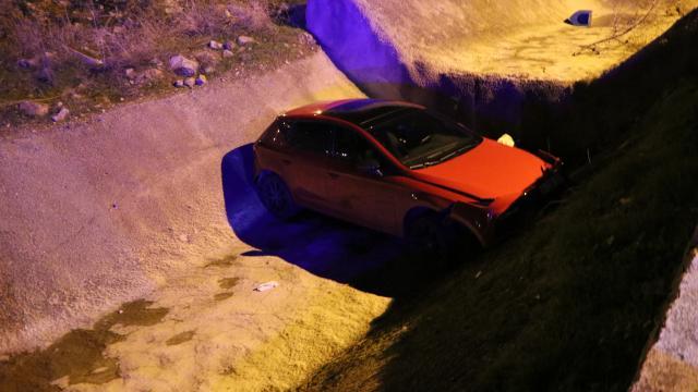 Polisten kaçan ehliyetsiz sürücü otomobil ile dereye düştü