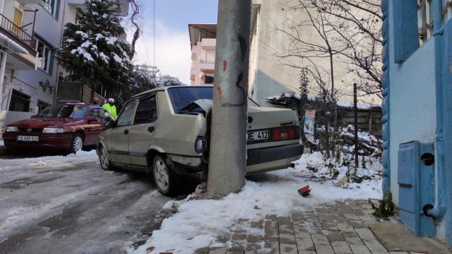 Çalıntı otomobille polisten kaçarken kaza yaptılar