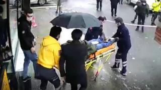 Kaldırımda yürüyen kişinin kafasına buz parçası düştü