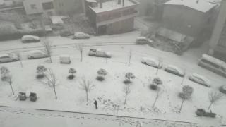 Buz tutan yokuşta duramayan sürücü evin bahçesine uçtu
