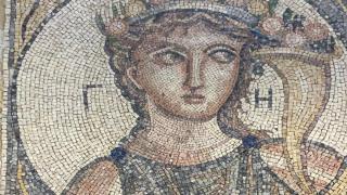 İzmir'de 2 bin yıllık mozaik ele geçirildi