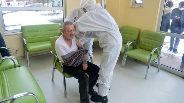 Erzurum ve Tuncelideki huzurevi ve bakımevlerinde Covid-19 aşısı yapılıyor