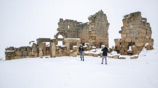 Beyaza bürünen Zerzevan Kalesi ve Karasu Çayı'nda kartpostallık görüntüler oluştu