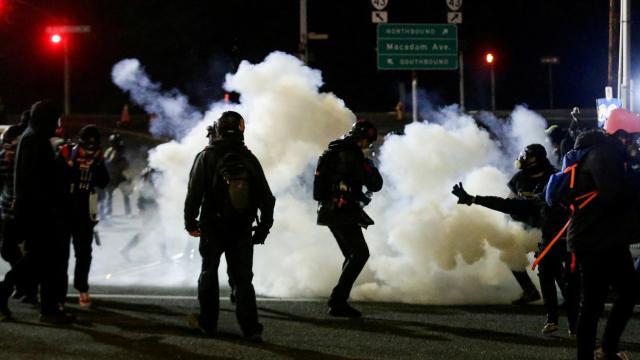 ABDde sokaklar yine hareketli: Demokrat Parti bürosuna saldırı