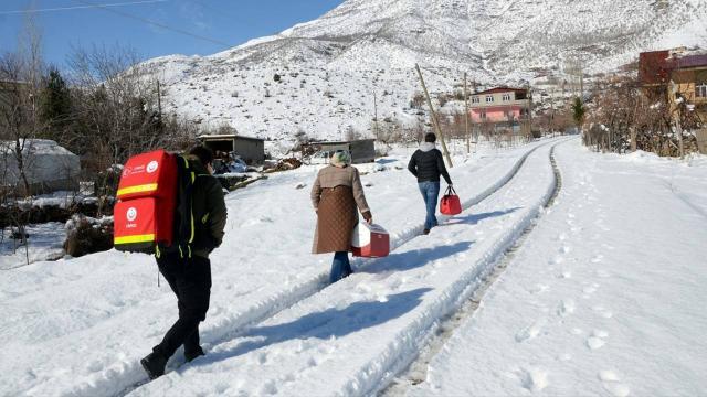 85 yaş üstündeki vatandaşları aşılamak için karlı yolları aşıyorlar