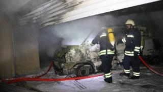 Garajda park halindeki minibüs yandı