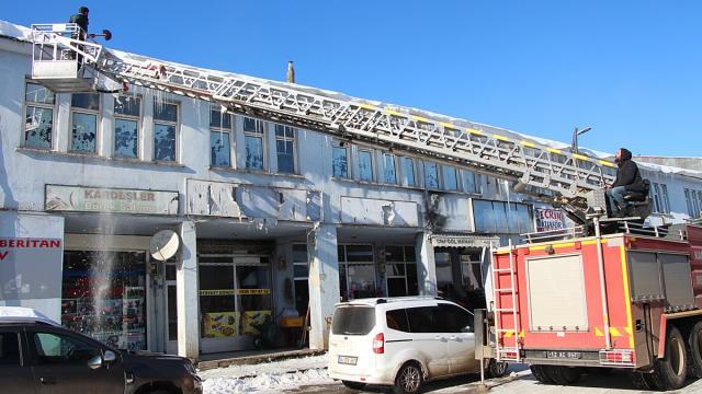 Karlıovada tehlike oluşturan buz sarkıtları itfaiye aracıyla düşürülüyor