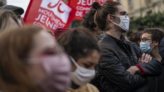 Fransada öğretmen ve okul hemşireleri grev başlattı