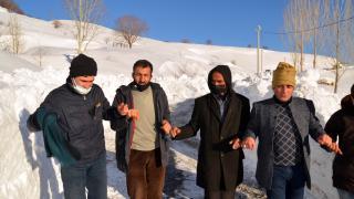 Muş'ta yolları açılan köylülerden halaylı kutlama