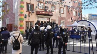 HDP'li milletvekili evlat nöbetindeki ailelere zafer işareti yaptı