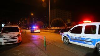 """İzmir'de kısıtlamayı ihlal edip polisin """"dur"""" ihtarına uymayan 3 kişi yakalandı"""