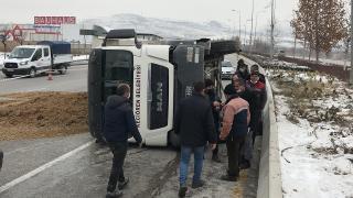 Freni boşalan kamyon refüje çarparak devrildi: 1 yaralı
