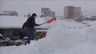 Ekmeklerini çatıda biriken kardan kazanıyorlar