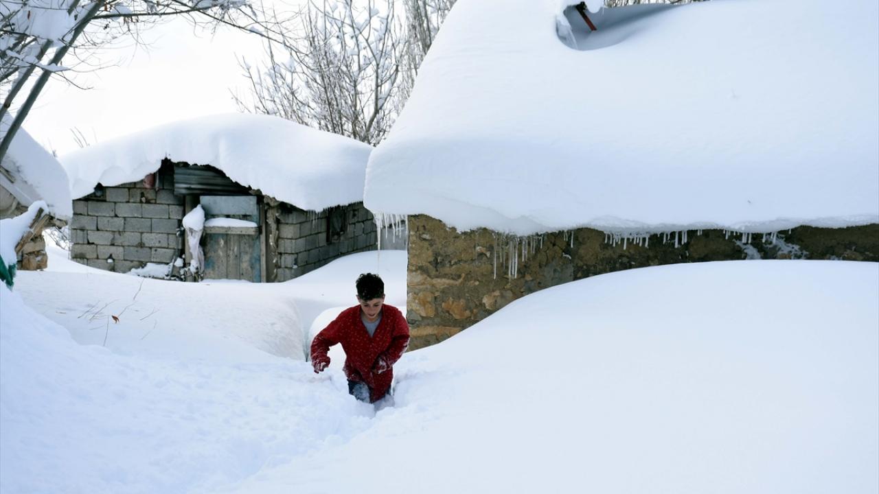 Kar kalınlığı 2 metreyi buldu, evler kayboldu