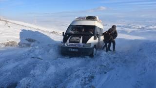 Kars'ta tipide mahsur kalan araçlardaki 30 kişi kurtarıldı