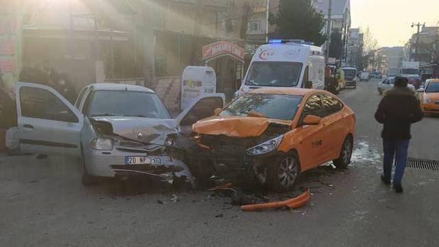 Kırıkkalede otomobille taksi çarpıştı: 4 yaralı