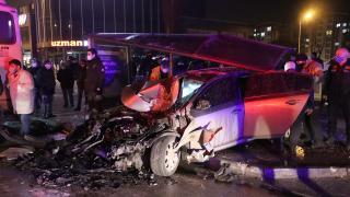Otomobil önce otobüse çarptı sonra durağa daldı: 1 ölü, 4 yaralı