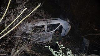 Otomobil 10 metre yüksekten apartmanın bahçesine düştü