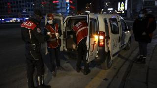 Başkentte Kızılay ekipleri soğuk havada görev yapan polislere çorba ikramında bulundu